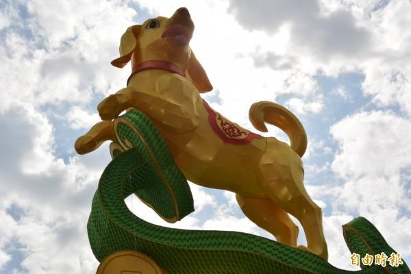 彰市高達6公尺的狗年主燈是公的還是母的?掀起民眾熱烈討論。(記者湯世名攝)