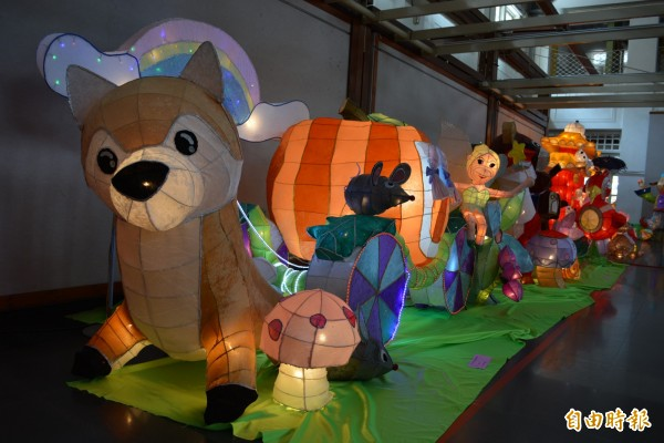 彰市藝術館內展出各項可造型的狗狗花燈,各具儀態、表情與造型。(記者湯世名攝)