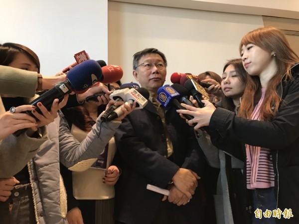 台北市長柯文哲上午表示,觀傳局已經發表聲明,指這種假的網路消息出來,經查證沒這回事。(記者沈佩瑤攝)