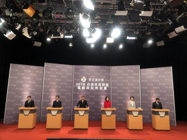 民進黨台南市長初選最後一場政見發表會上,參選人葉宜津(右三)希望民眾選出有牛肉、負責任的市長。(記者劉婉君翻攝)