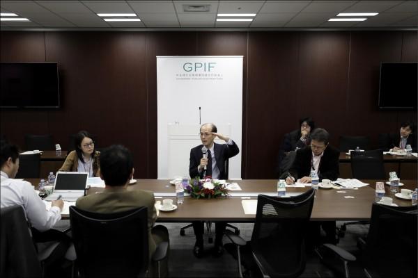 日本政府力推延長公務員退休年齡的計畫。圖為日本「政府年金投資基金(GPIF)」2017年1月6日在東京的一場會議,該獨立行政法人的職員正進行研討。  (彭博檔案照)