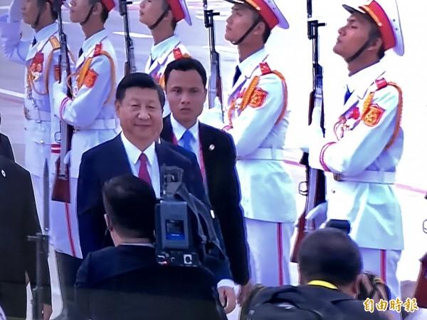 習近平若稱帝帶給台灣什麼變動?美國學者分析認為,如果習近平長期執政、甚至是終身掌權,短期內對台政策應該不會有大變動。,圖為中國國家主席習近平抵達越南峴港。(翻攝自APEC新聞中心大會畫面)