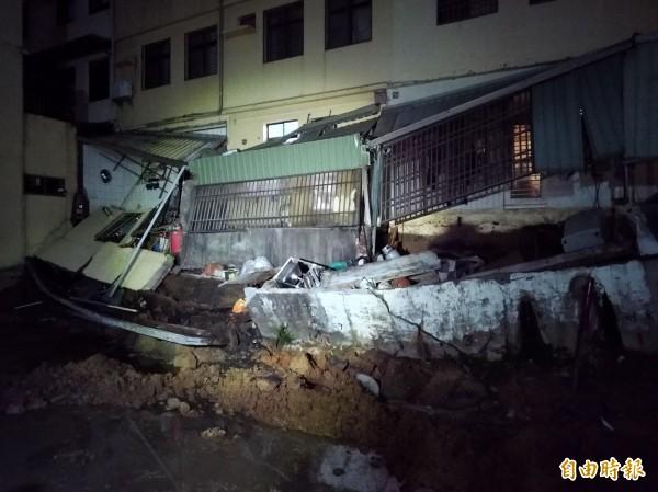 民雄鄉光明街一處民宅後方廚房屋頂塌陷。(記者曾迺強攝)