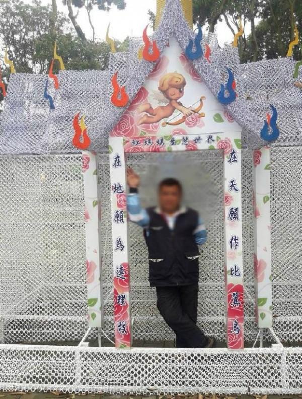 網友紛笑虧這個「愛神廟」很像靈堂。(圖擷取自爆廢公社)