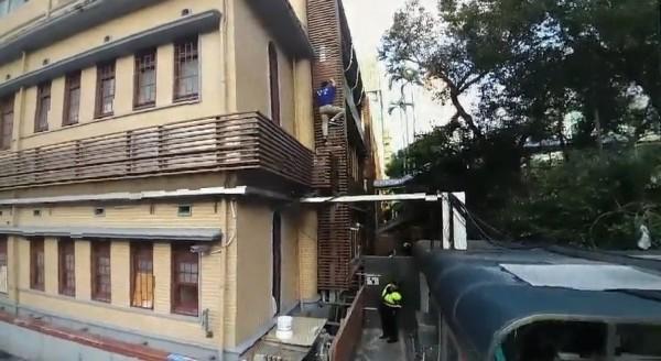 繆德生攀爬立院建築外護欄時墜落,送往台大醫院急救。(記者王冠仁翻攝)