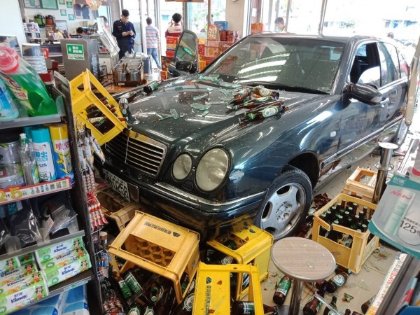 花蓮一名老翁駕駛賓士轎車撞進超商。(消防局提供)