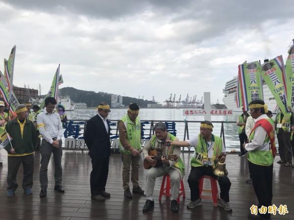 「台灣民族建國陣線」到基隆海洋廣場敲和平鐘、獻花默哀,一行人高呼「建國制憲,喚回台灣魂」。(記者林欣漢攝)