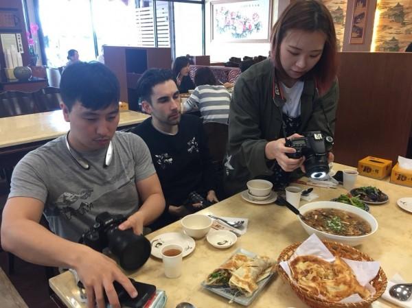 日韓部落客對於屏東的美食讚不絕口。(記者侯承旭翻攝)