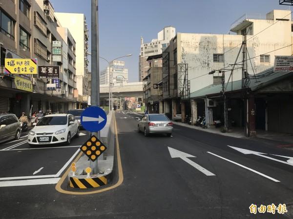 豐原向陽路地下道填平後,已將兩側鋪平,恢復二線雙向通車。(記者李忠憲攝)