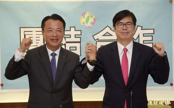 民進黨高雄市長參選人陳其邁(右)27日與嘉義縣長參選人翁章梁(左)共同舉行「團結,合作」記者會。(記者黃耀徵攝)