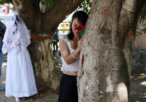 墨西哥環保人士25日集體於瓦哈卡州聖哈辛托阿米爾芭鎮,舉行「與樹結婚」活動。(法新社)