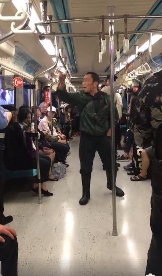 1名男性乘客被發現在車廂內嚼食檳榔,不斷辱罵前來勸說的保全。(圖擷取自爆料公社)