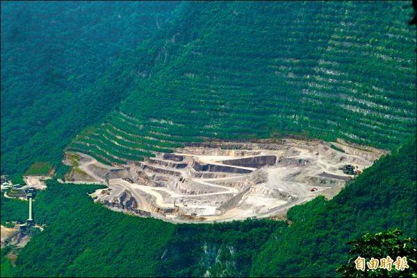 亞泥持續在花蓮新城山礦區採礦,原住民部落今施放狼煙,要求立即停止作業。 (資料照,記者王峻祺攝)