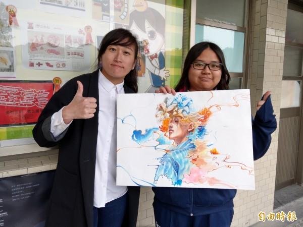 從小就喜歡漫畫、插畫的余采芬(右),作品「逝」從來自全球1130件作品中脫穎而出,贏得插畫類特別獎。(記者林欣漢攝)