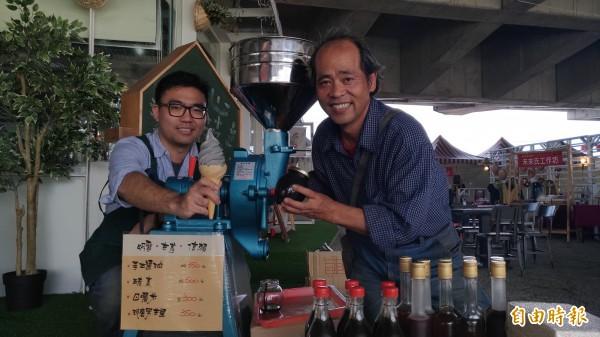 老闆陳可為(左)表示,格外品蔬果可以透過二次加工,製成不同食品,增加農民收入。(記者邱書昱攝)