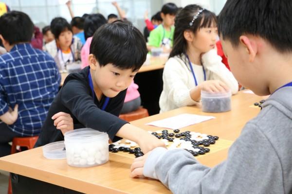 小棋手們專注地思考下一步棋的走法。(南山中學提供)