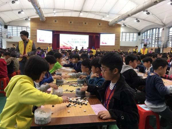 圍棋比賽一路從早上到下午共9小時,小棋手們力拚冠軍。(南山中學提供)