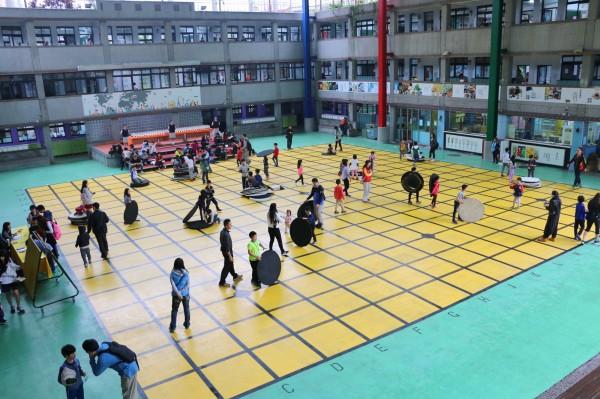 校園內也設置大型圍棋盤,擺放詰棋讓大小朋友們挑戰。(南山中學提供)