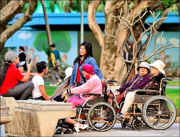 ▲銀髮族多參加社交活動與曬太陽,可預防老年憂鬱症。(資料照)