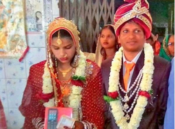 庫瑪爾因被發現是禿頭而遭悔婚,2天後火速迎娶另一名美嬌娘回家。(圖擷取自sinarharian )
