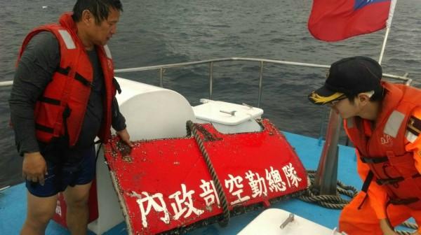 疑似墜海空勤總隊黑鷹直升機艙門板今天上午在綠島海域被撈獲,上面有「內政部空勤總隊」字樣。(記者陳賢義翻攝)