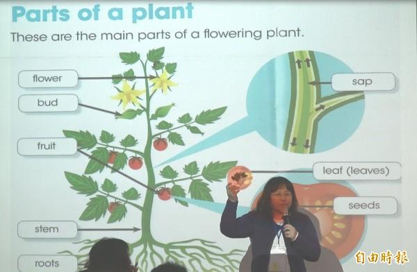 教師分享如何以英語教植物部位。(記者洪瑞琴攝)