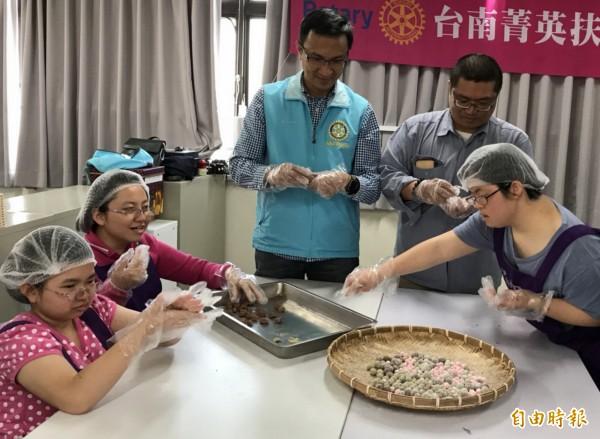 婷婷(右一)與大家一起動手搓湯圓。她希望有一天能成為厲害的烘焙師傅。(記者蔡文居攝)