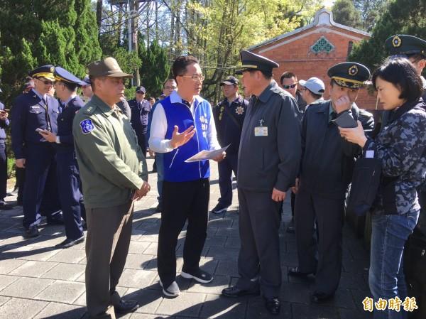 桃園市議員楊朝偉獨自到場,表達對大溪人要觀光不要政治對立的立場。(記者李容萍攝)
