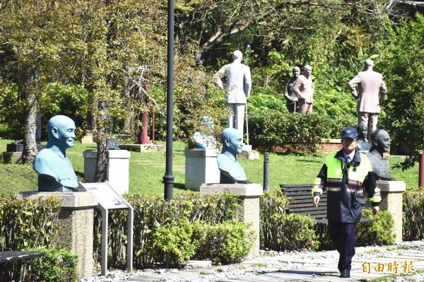 慈湖陵寢可見到警察巡邏。(記者李容萍攝)