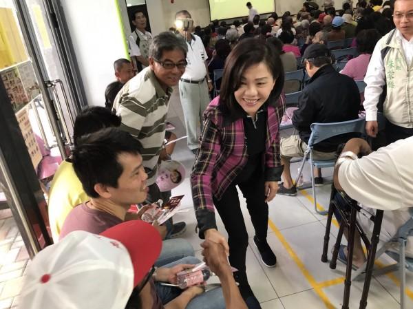 立委葉宜津(中)衝刺民進黨台南市長初選,拜訪選民。(記者楊金城翻攝)