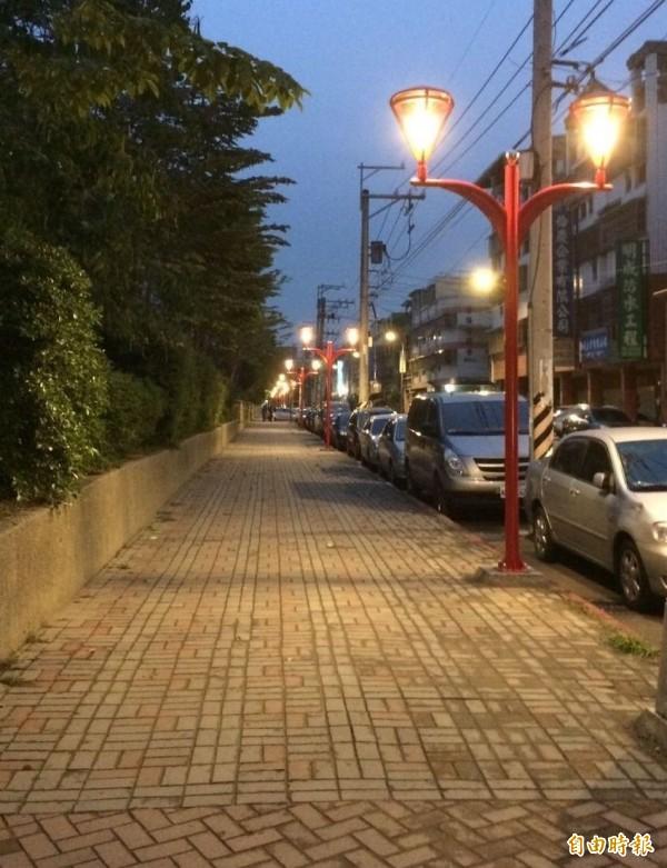 大里爽文國中人行道新裝設紅色景觀燈今晚點燈,居民都稱讚很漂亮。(記者陳建志攝)