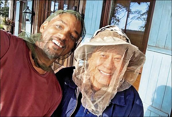 好萊塢明星威爾史密斯昨在IG分享與台灣導演李安合照,兩人都頭戴蚊帳面罩,畫面逗趣。(取自威爾史密斯IG)