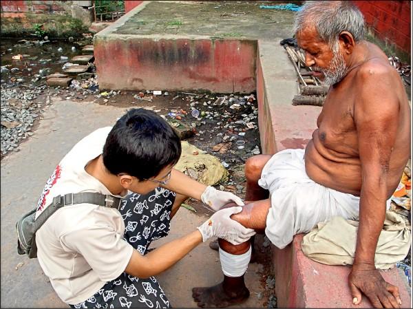 戴裕霖在印度為老人治療腳病。 (戴裕霖提供)