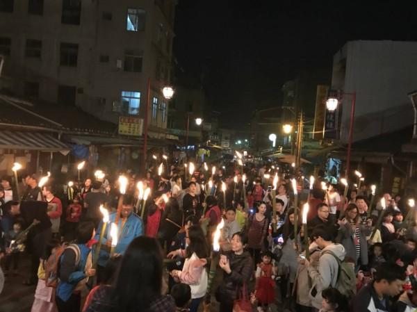 北埔鄉「正月15擎油笐火」活動,親子聚集慈天宮提燈籠、擎油笐火,延續傳統文化。(彭煥章提供)