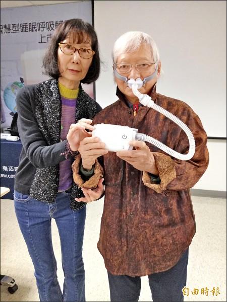 睡眠呼吸中止症患者常需戴呼吸器治療,新式的呼吸器輕便,重量僅約三百克。柯錫杰(右)示範配戴新式呼吸器。(記者吳亮儀攝)