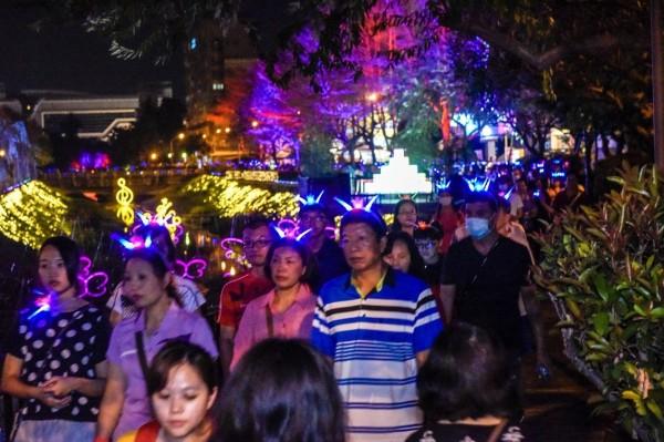 民眾戴上LED可愛小髮箍,沿著萬年溪畔健走。(屏東縣政府提供)