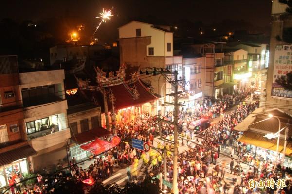 新竹縣新埔鎮百年老廟廣和宮前擠滿欣賞踩街秀的民眾。(記者黃美珠攝)