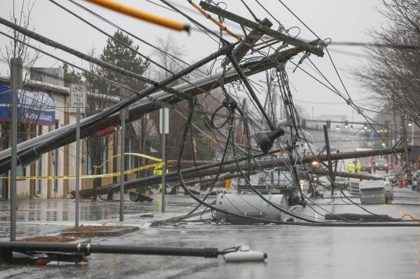 美國今日受到強力的風暴侵襲,強風將街道旁的路樹與電線桿吹倒,目前已有5人死亡。(歐新社)