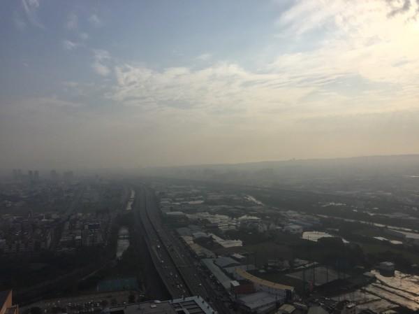 有民眾從台中市住家大樓拍下台74線中彰快速道路樣貌,放眼一看市區景象一片「霧霧的」,空氣籠罩在細懸浮微粒高的風暴下。(圖由民眾提供)