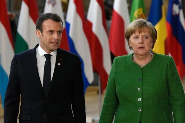 德國第二大黨社會民主黨(SPD)今天公布黨員投票結果,同意加入總理梅克爾(右)領導的大聯合政府。法國總統馬克宏(左)隨後發布聲明表示:「這對歐洲是好消息。」(法新社)