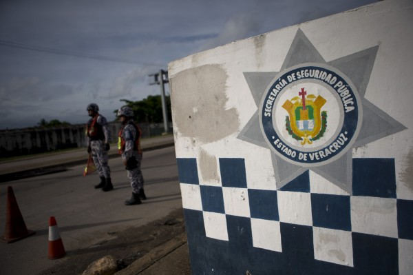 4名墨西哥警察將3名義大利人逮捕後,轉交給毒梟處理。(墨西哥警察示意圖,與本新聞無關。)(美聯社)