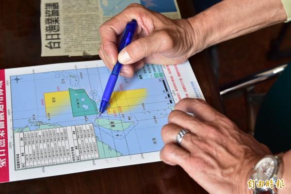 曾太山指出台船被日船噴水位置。(記者張議晨攝)