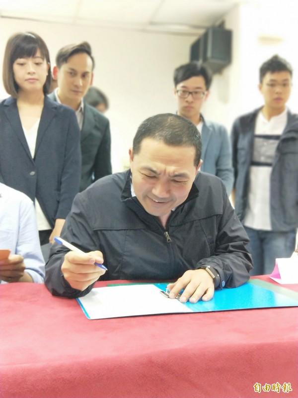 侯友宜今天到國民黨新北市黨部完成黨內提名初選登記。(記者何玉華攝)