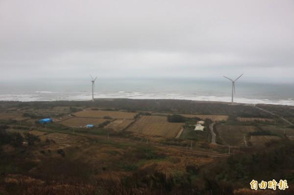 後龍鎮半天寮休閒文化園區的好望角,可俯瞰沿海農田及碧海藍天,附近矗立幾座風車,是拍照熱門景點。(記者鄭名翔攝)