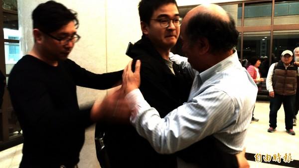 蔡丁貴(右)給周維理(中)一個大大的擁抱。(記者鄭淑婷攝)