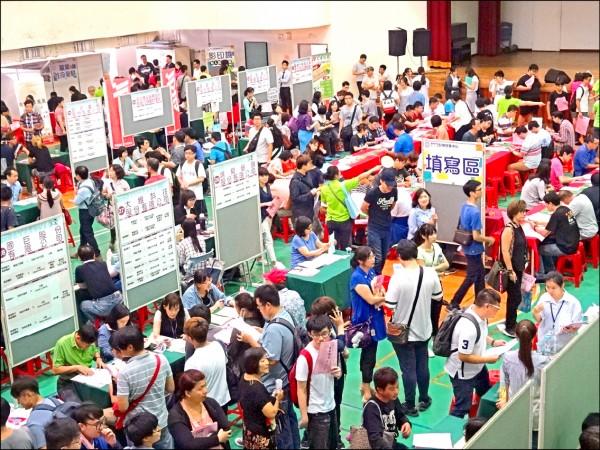 中國日前宣布31項「惠台」措施,民進黨團擬提出二修產創條例因應。圖為台灣企業在高雄舉辦徵才活動。(資料照)