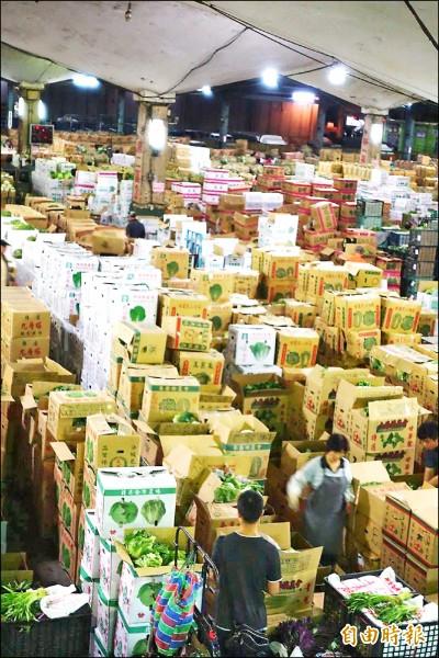 半夜忙碌的果菜批發市場。 (記者蕭婷方攝)