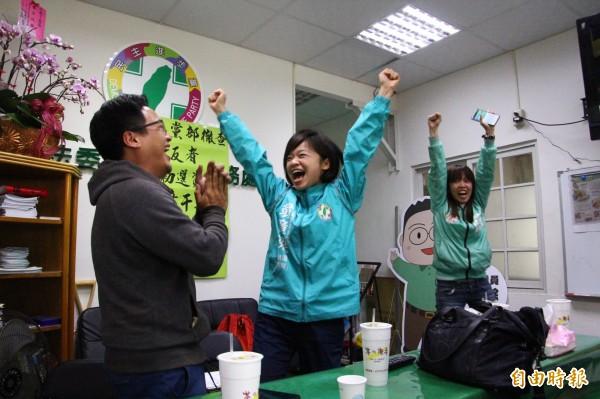 翁章梁競選團隊獲知勝選時,高興吶喊。(記者林宜樟攝)