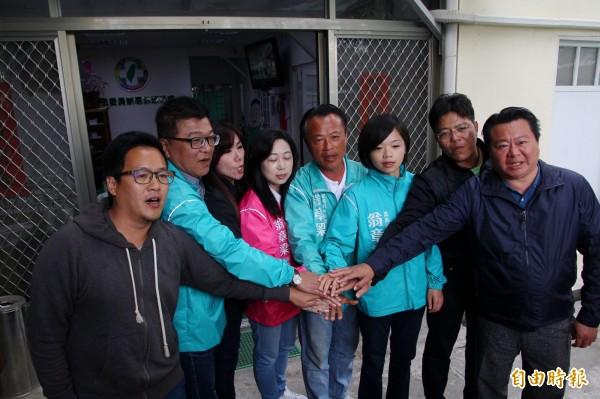 翁章梁(右四)與競選團隊高喊「團結、合作」。(記者林宜樟攝)