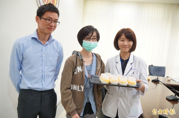 31歲的小湘(中)在2年前中風,經「單手廚房」的洗禮,已能做出奶酪等多道料理。(記者詹士弘攝)
